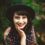 【態度で分かる】職場女性の『脈ありサイン』まとめ10選|社内恋愛
